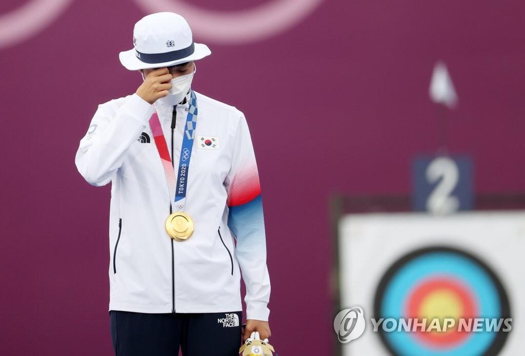 7月30日,安山在颁奖仪式上流下眼泪