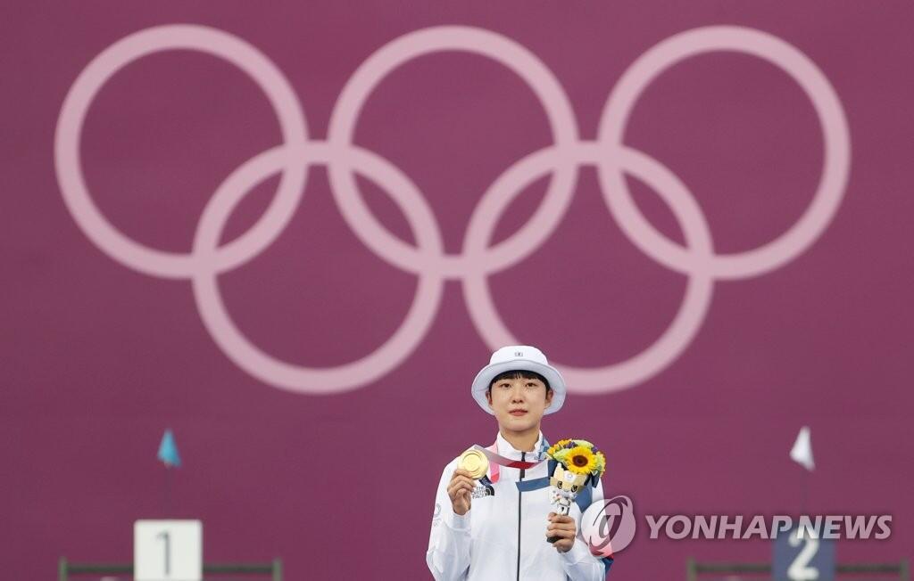 7月30日,东京奥运会射箭女子个人赛决赛,韩国选手安山在颁奖仪式上展示金牌