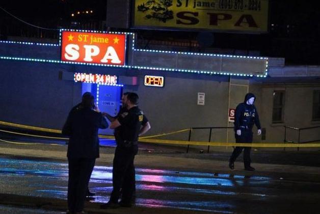 """亚裔现在就像任人宰割的猎物""""?最近两月美国仇视亚裔事件超500起 2021-03-19 13:18 央视新闻客户端 当地时间3月16日,美国佐治亚州亚特兰大市发生3起枪击案,造成8人死亡,其中6人为亚"""