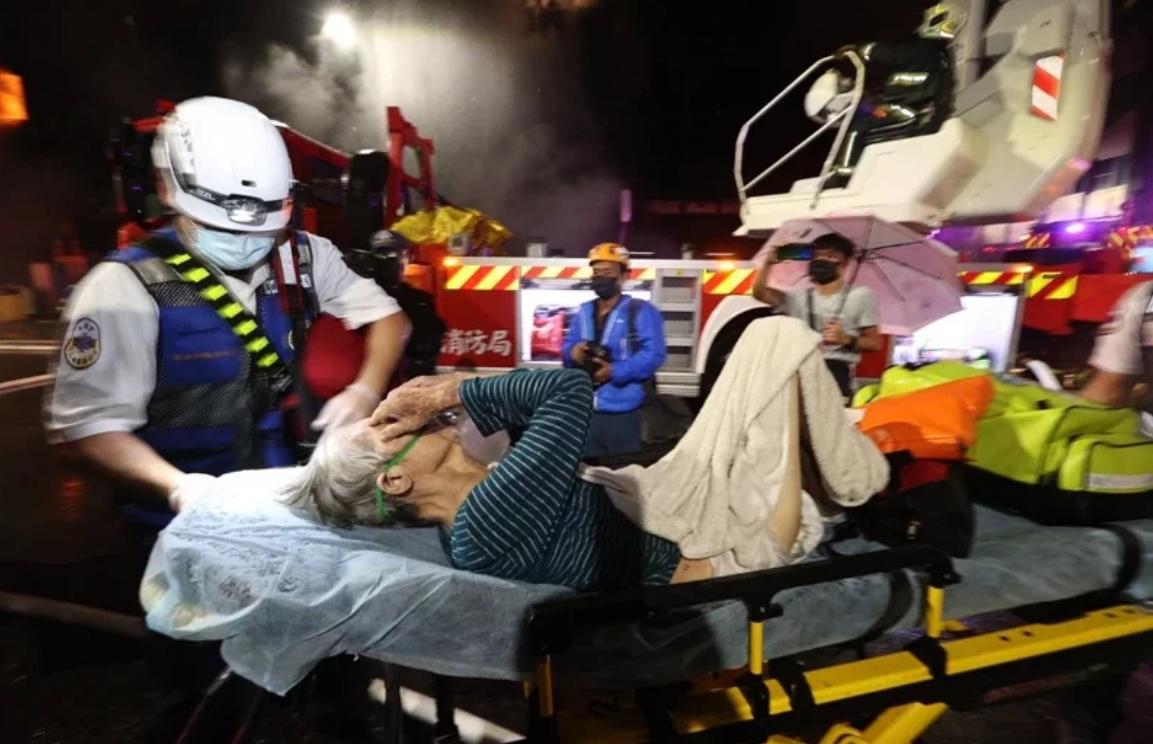 """有人被救出送往醫院。 圖自台灣""""聯合新聞網"""""""