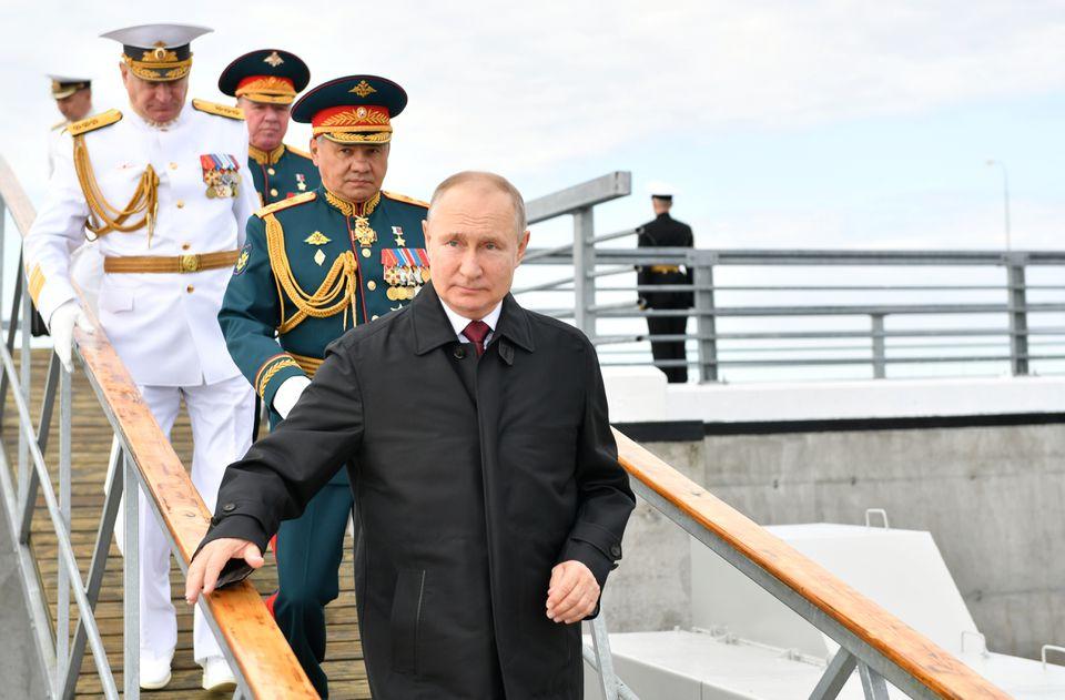 25日,普京出席在圣彼得堡举行的俄罗斯海军节活动