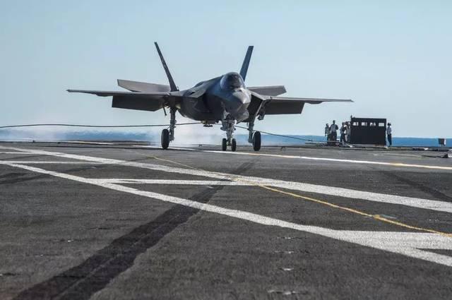目前美國海軍正在裝備F-35C艦載五代機