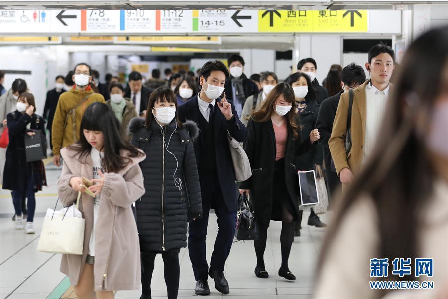 3月5日,在日本东京新宿车站,部分乘客戴口罩出行。 新华社记者 杜潇逸 摄