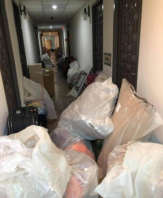 外籍移工的私人物品被擅自打包像垃圾一樣的堆在走廊。 圖自中時新聞網