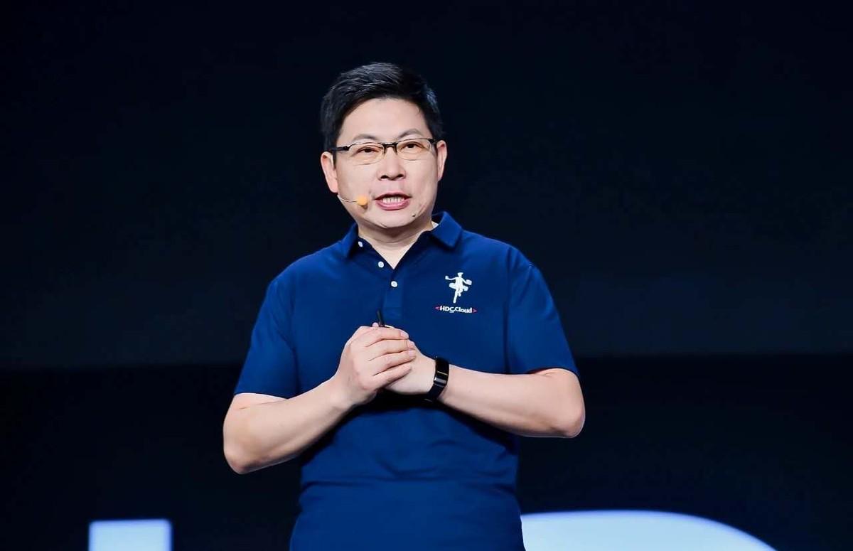 华为常务董事、华为云业务CEO、消费者业务CEO余承东发表主题演讲