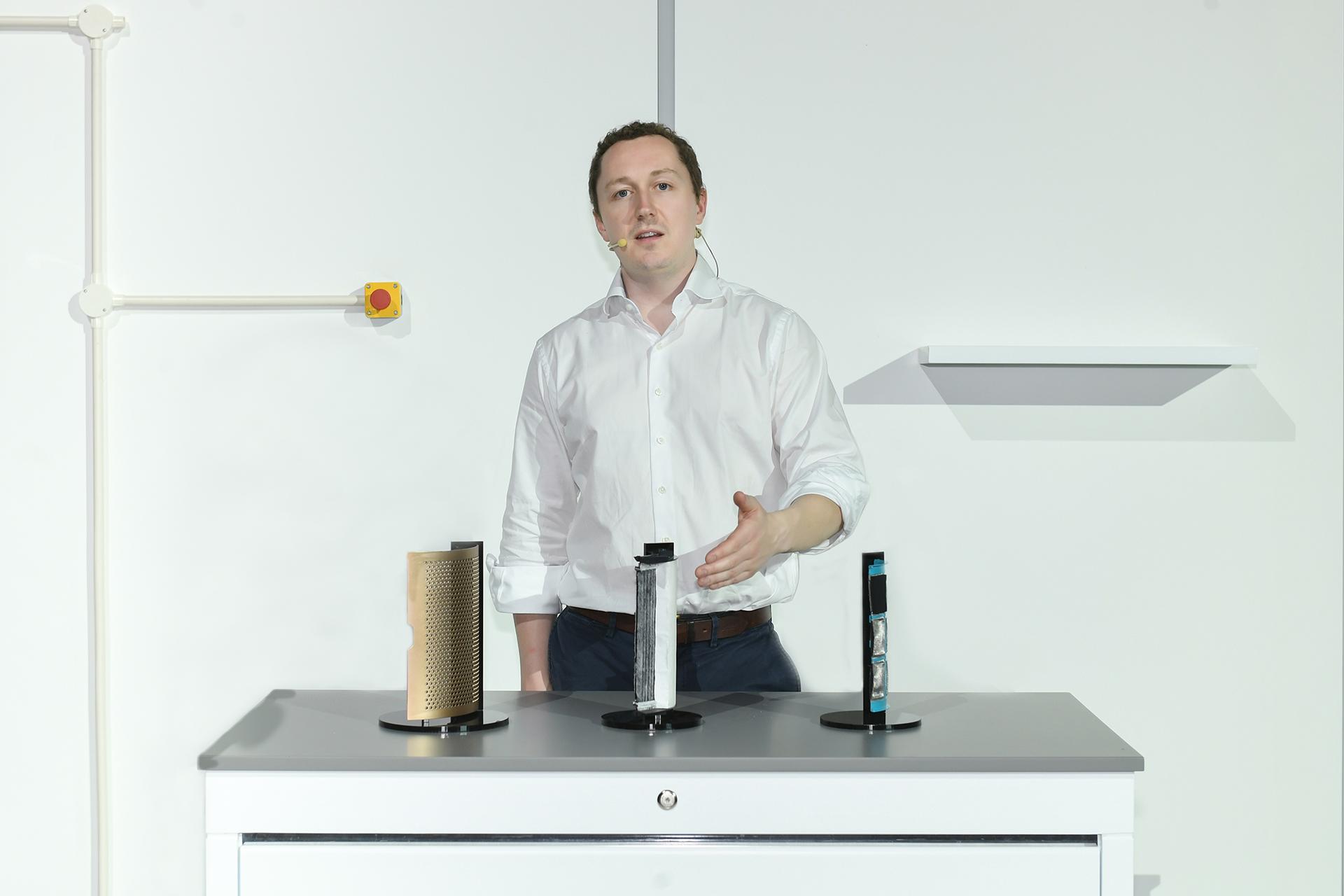 戴森上海科技实验室负责人Archie Henderson现场展示戴森Dyson Purifier Formaldehyde滤网