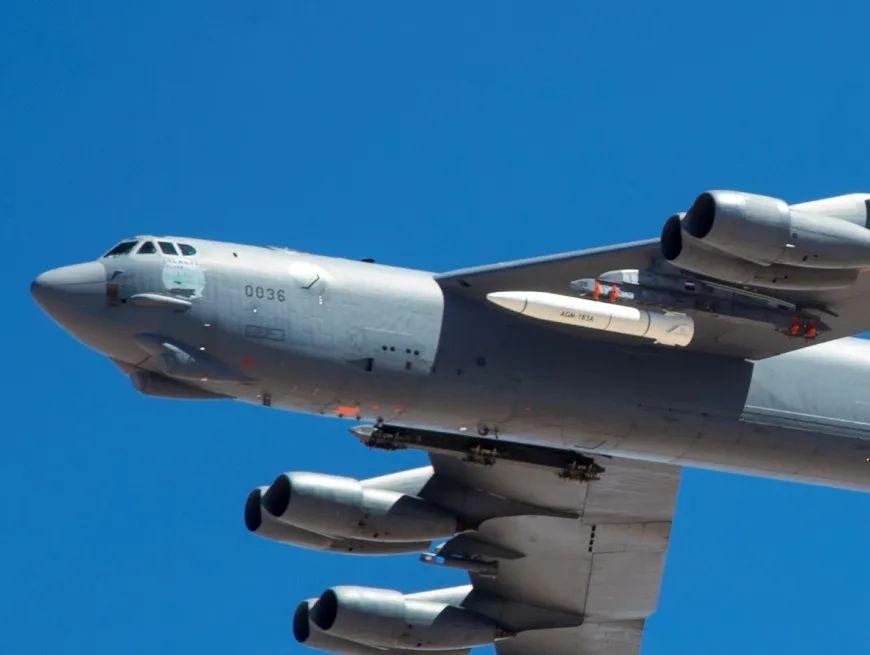 """挂载""""空射快速响应武器""""的美军B-52轰炸机"""