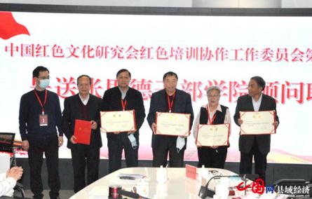 中共仪陇县委常委、组织部部长冯鑫(左一)呈送顾问聘书。(王海珠摄)