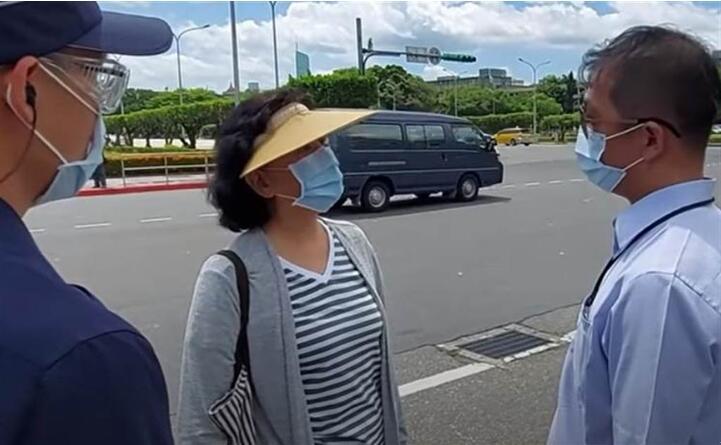 鍾琴日前赴蔡英文辦公室前抗議。 圖自中時新聞網