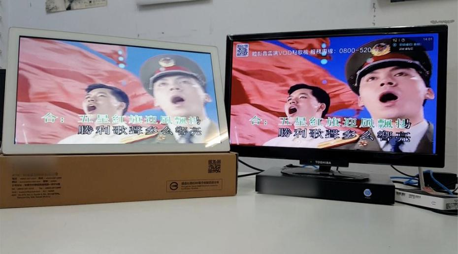 """台媒稱大陸雲端伴唱機有專門的""""軍旅歌曲""""選項,MV中還可以看到穿著軍裝的解放軍高唱《歌唱祖國》。 圖自""""民視新聞網"""""""
