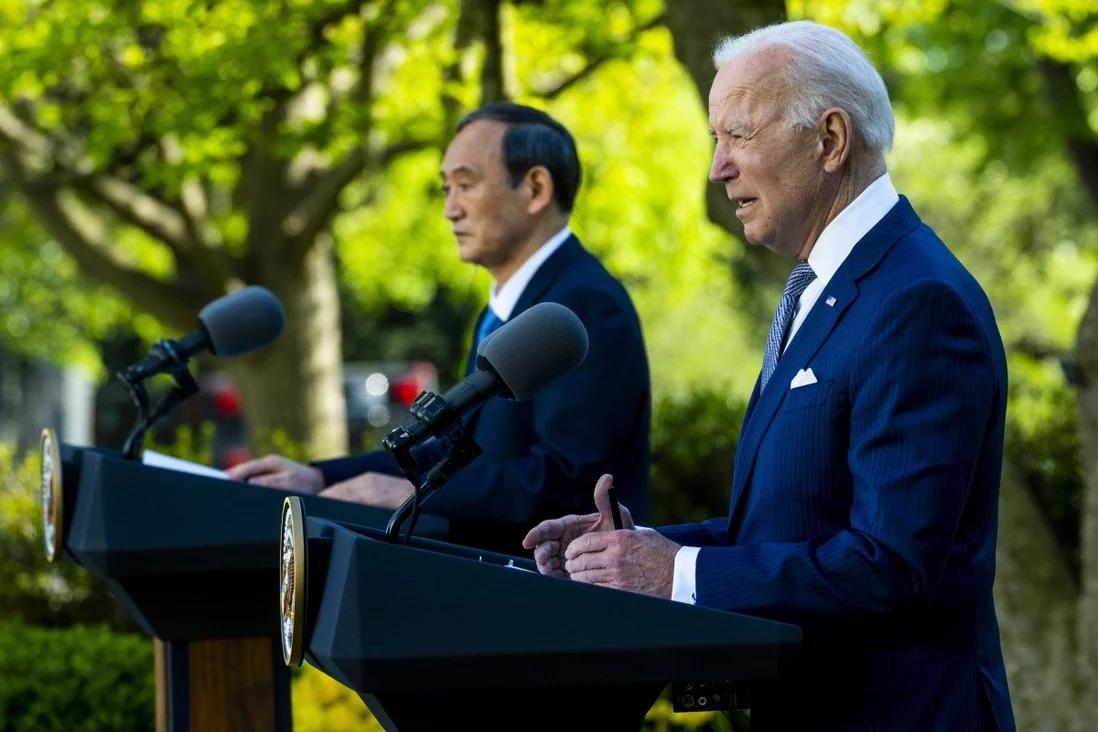 拜登和菅义伟在白宫玫瑰园举行联合记者会