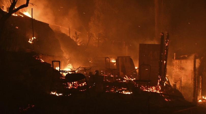 希腊一难民营地突发大火,数百人被疏散