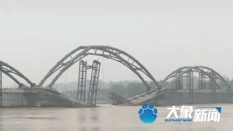 洛阳:桥还没建成就塌了,说怨水太大了 2021-04-26 13:12 新华社 4月25日,网传河南洛阳市宜阳灵山一在建大桥坍塌。25日中午,记者从宜阳县宣传部获悉,灵山洛河水位上涨造成河桥坍塌,暂无