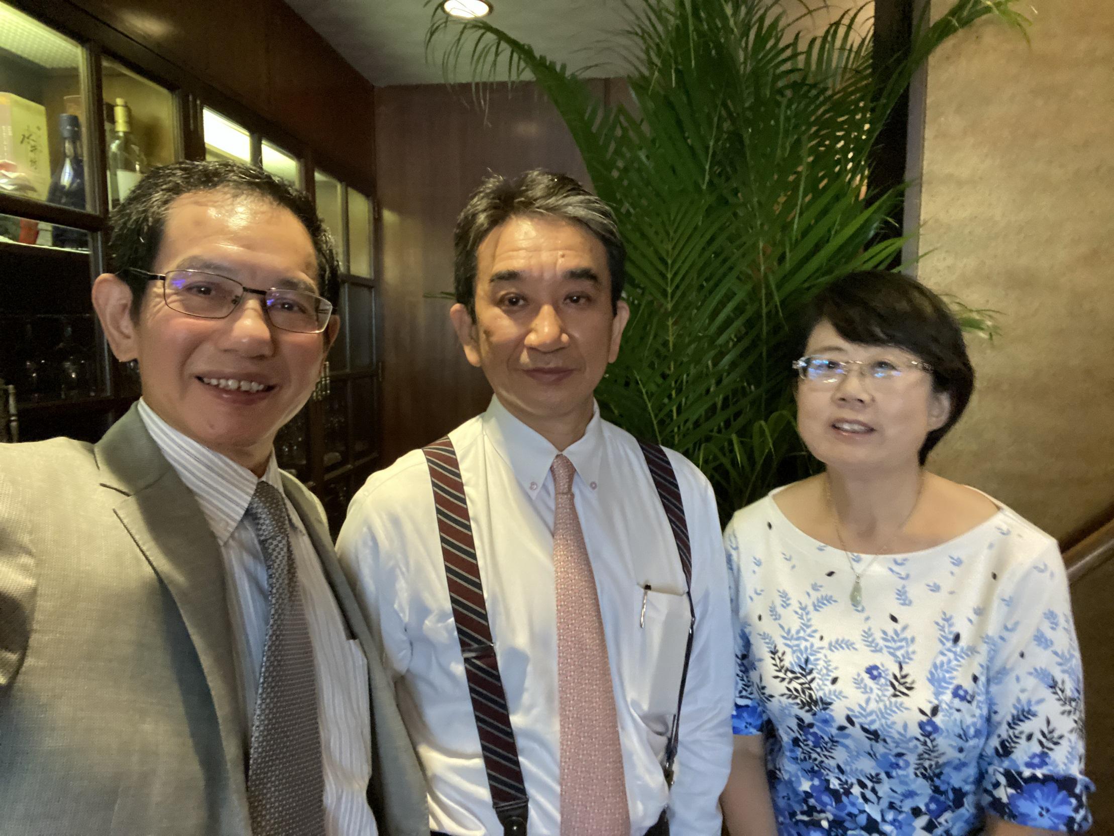 10月,段跃中夫妇在东京为垂秀夫(中)送行。