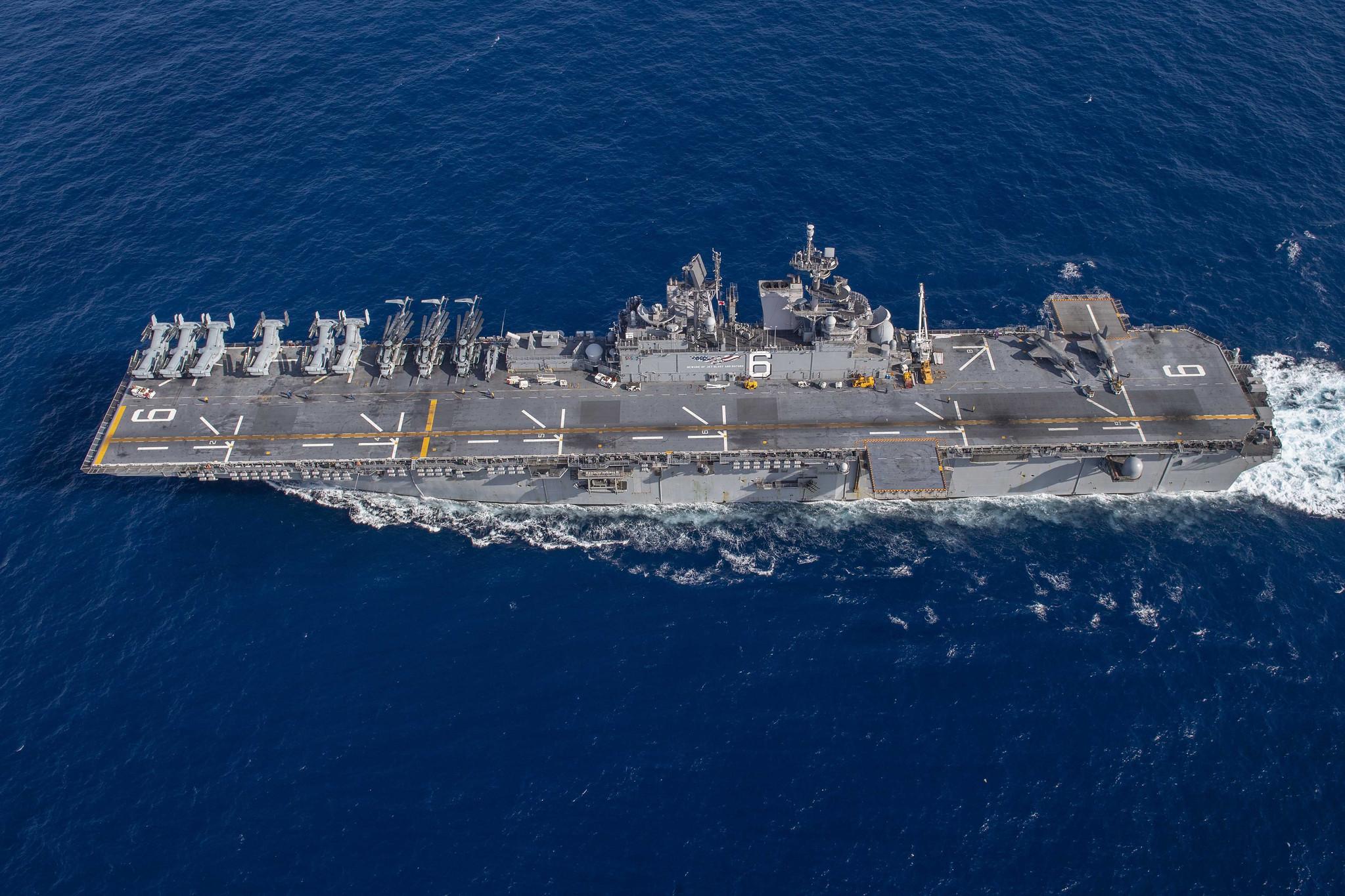 """3月13日,美国海军""""美利坚""""号两栖攻击舰在南海航行,甲板上摆放着MV-22运输机、CH-53E直升机和F-35B舰载战斗机。"""