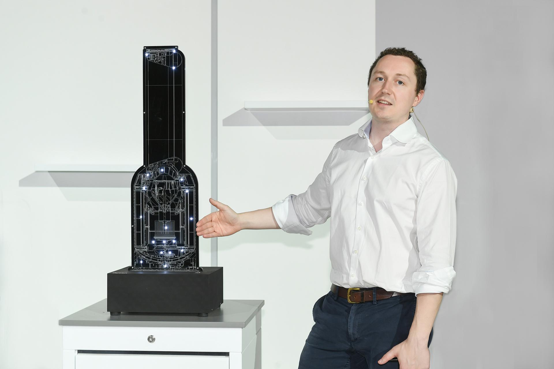 戴森上海科技实验室负责人Archie Henderson现场展示戴森整机HEPA密封原理