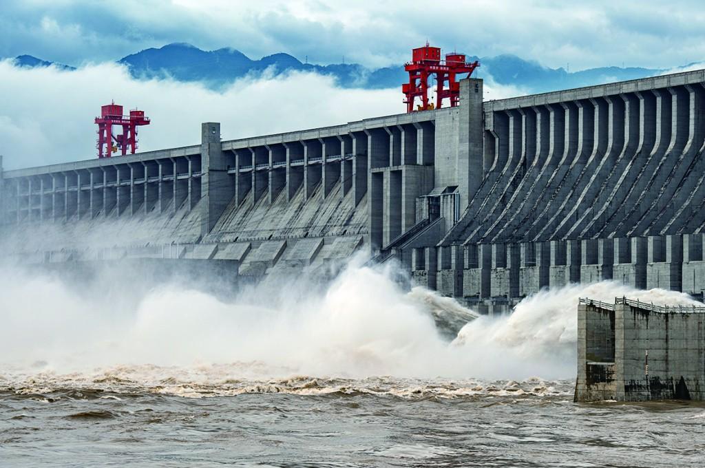 7月2日,长江三峡枢纽开启泄洪深孔泄洪