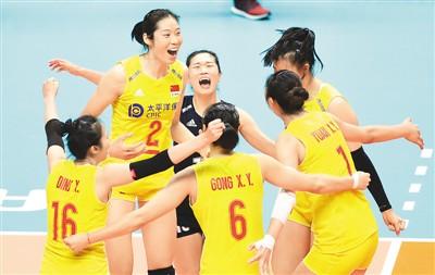 中国女排在比赛中庆祝得分。