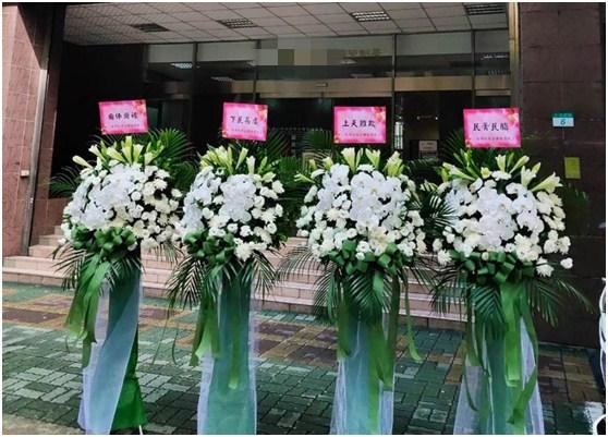 朱學恆送4個花籃給疫情指揮中心。 (圖片來源:朱學恆臉書)