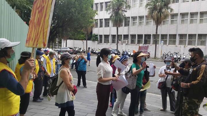 鍾琴22日赴台北地檢署狀告,蔡英文、蘇貞昌和陳時中三人,涉嫌瀆職、圖利等罪。 圖自中時新聞網