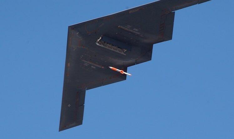 美军B-2轰炸机进行核炸弹投放测试