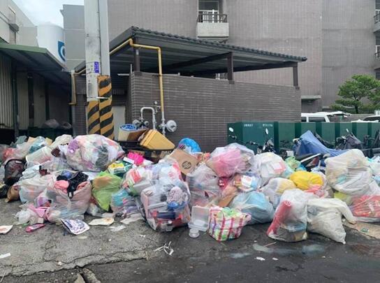 一片狼藉,外籍移工(外籍勞工)的私人物品被擅自打包像垃圾一樣堆在大街上。 圖自中時新聞網