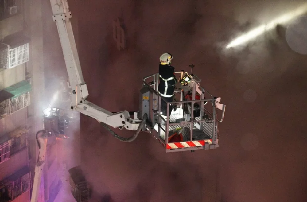 """高雄消防局出動75車159人前往救火,目前火情已被初步控制。 圖自台灣""""聯合新聞網"""""""