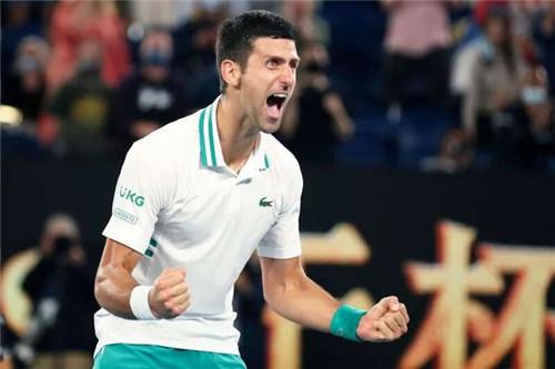 图为2月21日,在澳大利亚墨尔本进行的2021年澳大利亚网球公开赛男单决赛中,塞尔维亚选手焦科维奇以3:0战胜俄罗斯选手梅德韦杰夫,夺得冠军。新华社记者 白雪飞 摄