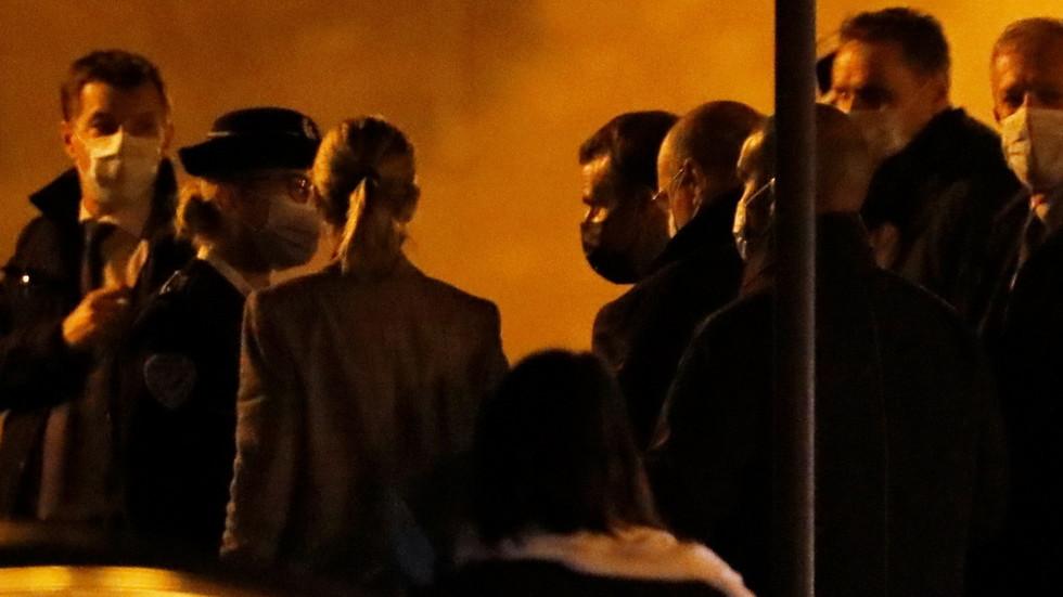 法国总统马克龙抵达袭击发生地。图源RT