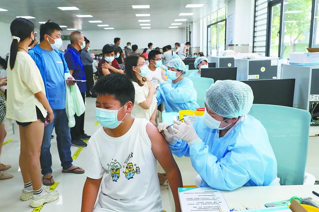 """30日,江苏省淮安市按照""""应种尽种、知情自愿、安全有序""""原则,确保12至17周岁人群和未接种人群新冠疫苗首次接种,不断织密疫情防控网。"""