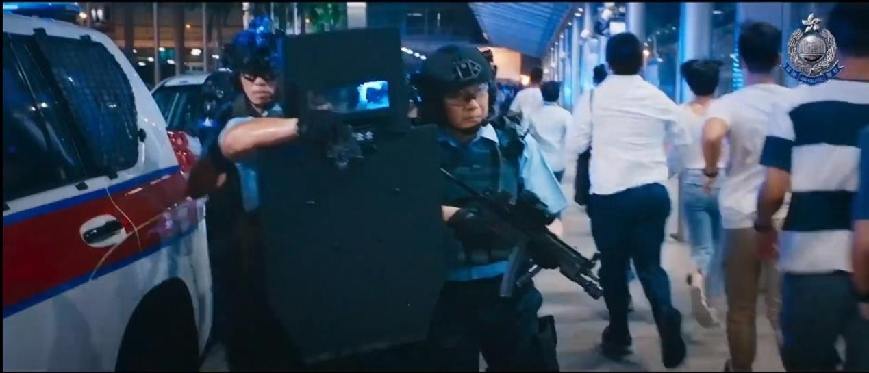 邓炳强在片中饰演一名高级警员。