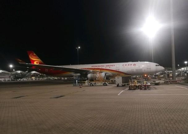 """涉事客机停在停机坪。(图源:香港""""东网"""")"""