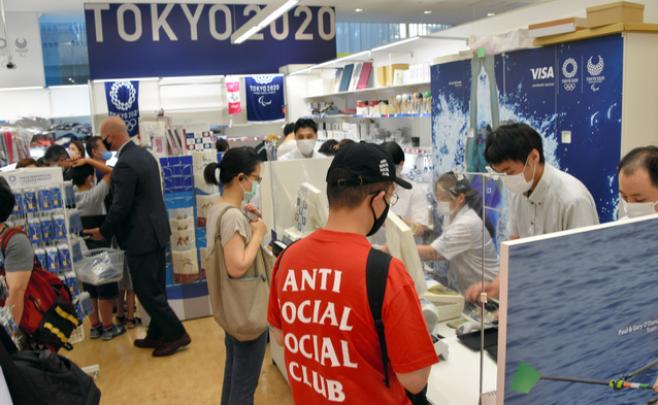 多名日本民众在奥运衍生商品实体店购物(图片来源:日媒)