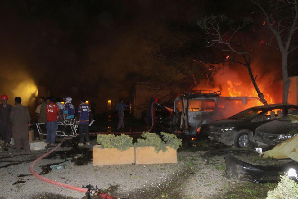 事发后,救援人员寻找受伤人员,消防员扑灭燃烧的车辆。