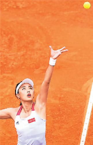 王蔷在比赛中发球。