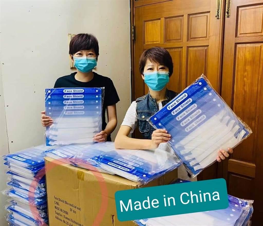 陳亭妃(右)捐贈2000個防護面罩被發現是大陸制。 圖自遊淑慧臉書