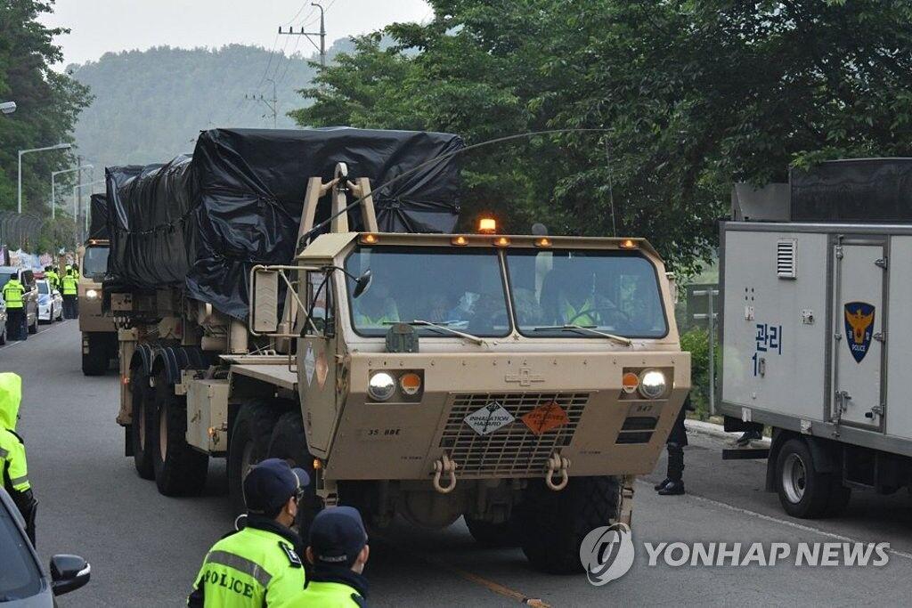 """美军向部署于韩国星州郡的""""萨德""""基地运送装备"""