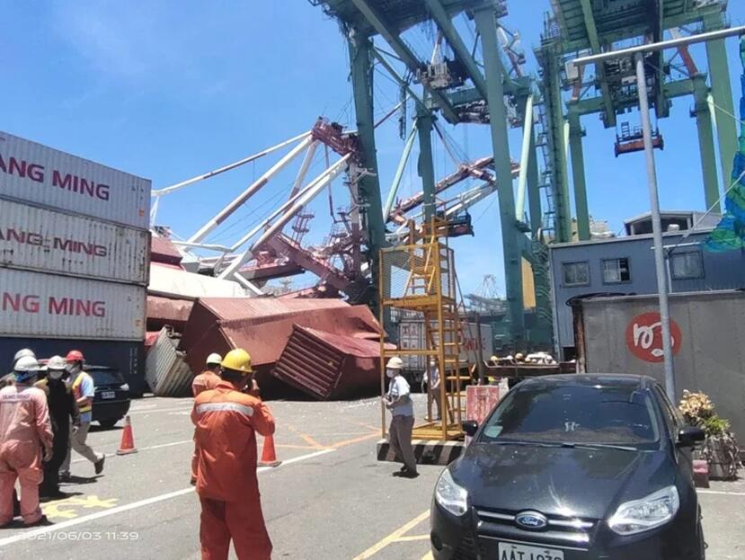 高雄港3日中午發生貨輪撞倒起重機(圖片來源:台灣《聯合報》)