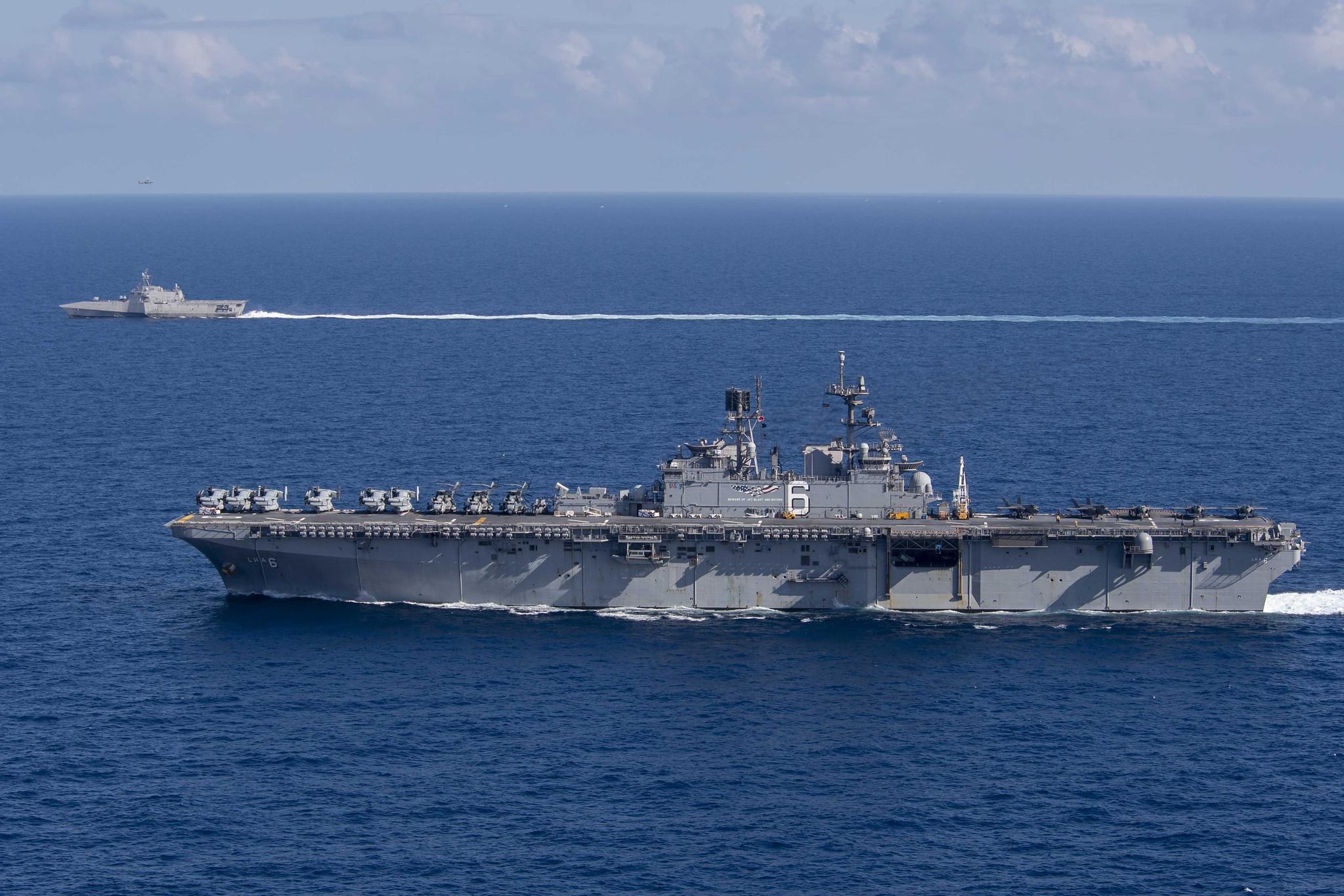 """3月13日,美国海军""""美利坚""""号两栖攻击舰和""""吉佛兹""""号濒海战斗舰闯入中国南海海域并开展联合训练。"""