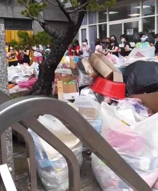個人物品被擅自打包像垃圾一樣堆在大街上。 圖自中時新聞網