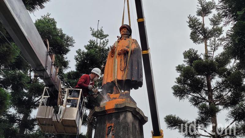 蒋介石铜像拆除前遭人泼漆。图自台媒