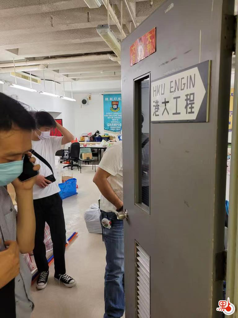 港大派出工作人员进一步清理原学生会办事处内外的杂物
