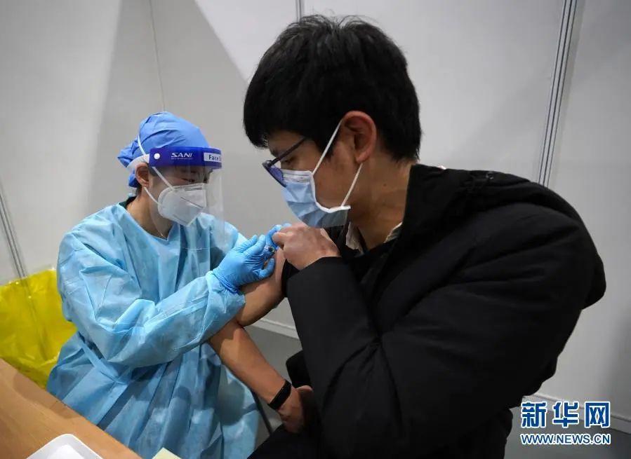 1月26日,在设立于北京市朝阳规划艺术馆的接种点,市民接种疫苗。新华社记者 贾浩成 摄